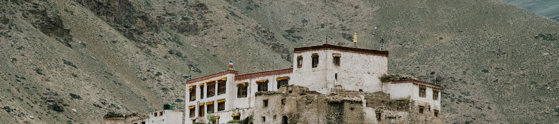 Picture of a Tibetan monastery, by Julia Volk from Pexels